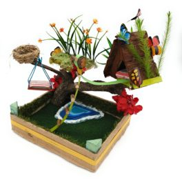 Minimundos bonica cabana de fusta sobre el arbre amb diferents plataformes gronxador, llac, flors joc lliure
