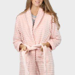 Model amb bata rosa marca admás tancada amb botons i cinturó ajustable