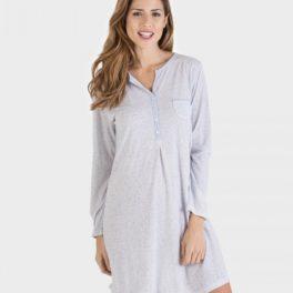 Model amb camisa de dormir gris blavós
