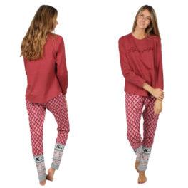Pijama largo granate visto en la modelo desde delante y desde detrás. Pantalón con estampado étnico. Camiseta con el mensaje Life is Perfect