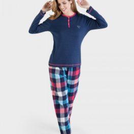 Model amb un pijama de dona Massana amb camisa blava i pantalons a quadros de colors alegres
