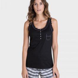 Pijama de samarreta negra amb tirant ampli i pantalons curts a ratlles