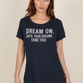 Pijama curt dona amb samarreta blau marí amb missatge Somia fins que els teus somnis es facin realitat. Pantalons curts gris amb lunars blau marins.