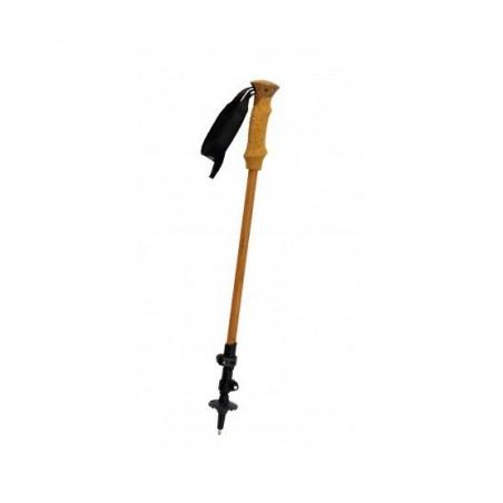 El segmento superior de los palos de espuma Pinguin Bamboo FL Foam está cubierto con bambú, lo que no solo aumenta su rigidez, sino que su ventaja innegable es, además del hermoso diseño natural, el hecho de que es agradable al tacto. El estilo inconfundible de los palos también está subrayado por los mangos con una decoración de corcho hecha de espuma EVA no absorbente, antideslizante y antivibraciones. Los segmentos inferiores de los palos están anodizados en color. Este tratamiento superficial hace que el aluminio sea mecánicamente resistente a la abrasión y le otorga una mayor resistencia a la intemperie. Los segmentos individuales de estos postes telescópicos están hechos de una aleación de aluminio 7075 muy resistente. Las puntas están hechas de carburo de tungsteno duradero y el bastón también incluye tapas de punta de goma que eliminan las vibraciones y el ruido no deseado en superficies duras.